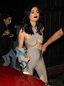 52080254 Celebrities spotted dining out at The Nice Guy restaurant in West Hollywood, California on June 2, 2016. Celebrities spotted dining out at The Nice Guy restaurant in West Hollywood, California on June 2, 2016. Pictured: Kylie Jenner FameFlynet, Inc - Beverly Hills, CA, USA - +1 (310) 505-9876