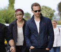 52104807 Couple Tom Hiddleston and Taylor Swift spotted out for a stroll on the beach with his mother Diana Hiddleston and family in Suffolk, UK on June 26, 2016 FameFlynet, Inc - Beverly Hills, CA, USA - +1 (310) 505-9876 RESTRICTIONS APPLY: USA/CHINA ONLY