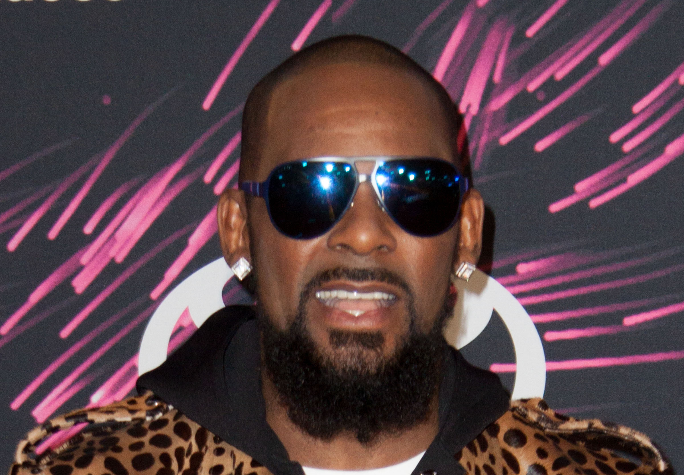 Man sues R. Kelly, says singer ruined his marriage