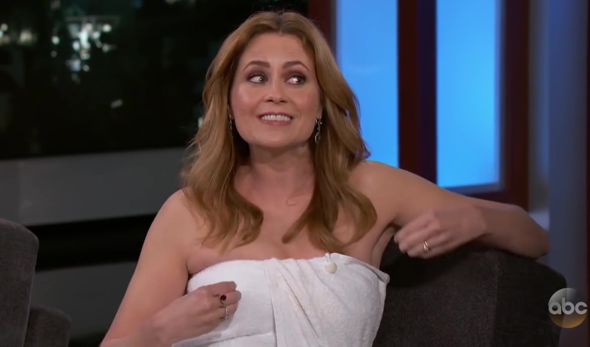 Jenna Fischer has wardrobe malfunction, wears towel on 'Kimmel'